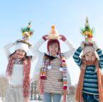 正月グッズを持つ子供たち